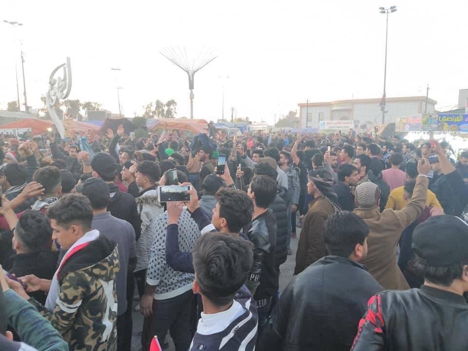 ساحة الصدرين تغص بالمتظاهرين مجدداً بعد مسيرة برفقة قائد الشرطة (صور)