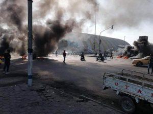 قضية منع متظاهري النجف من دخول الناصرية تتفاعل .. محتجو ذي قار يغلقون طريقاً رئيسة (صور)