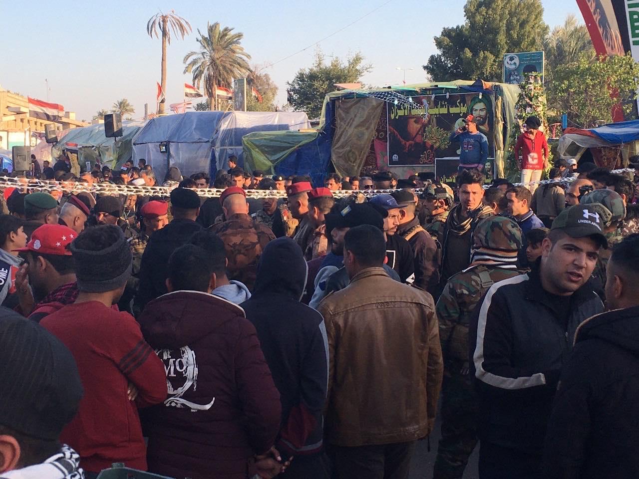 """بسبب """"ملابسه"""".. مجاميع تهاجم متظاهراً في ساحة اعتصام الديوانية (فيديو وصور)"""