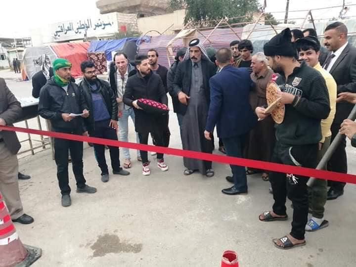 """متظاهرون في النجف يسخرون من المحافظ بحفل افتتاح """"طسة""""! (صور)"""