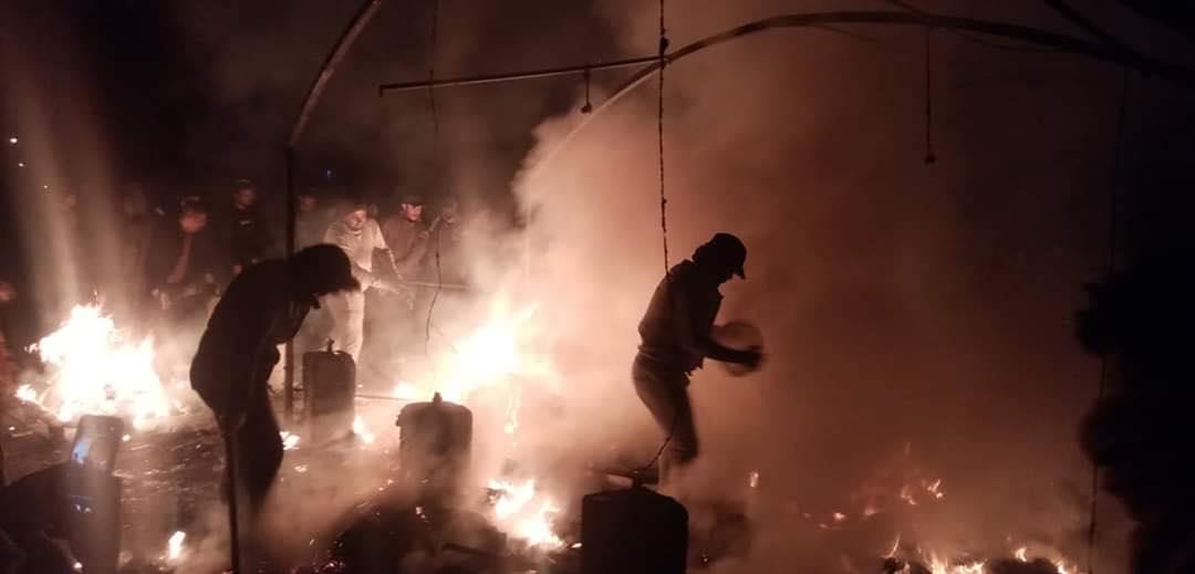 قوات الشغب تتقدم نحو التحرير.. الشبان يخمدون نيران خيمهم بأيديهم (صور وفيديو)