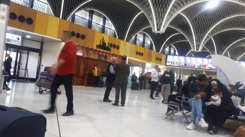 مسافرون في مطار بغداد: رحلاتنا متوقفة.. لا أحد يبلغنا بمواعيد الإقلاع الجديدة!