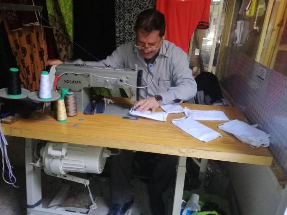 متطوعان يصنعان الكمّامات وتوزيعها مجاناً في الديوانية (صور)