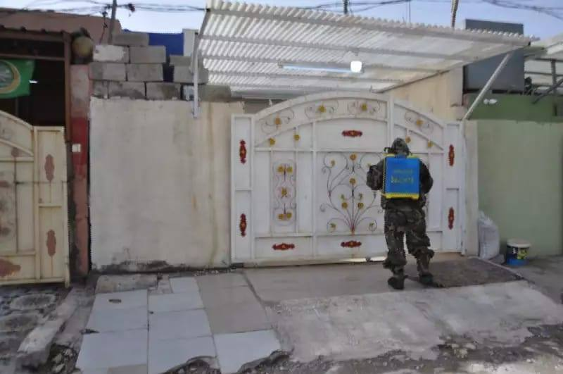 الدفاع المدني يطهر منزل العائلة المصابة بكورونا في كركوك (صور)