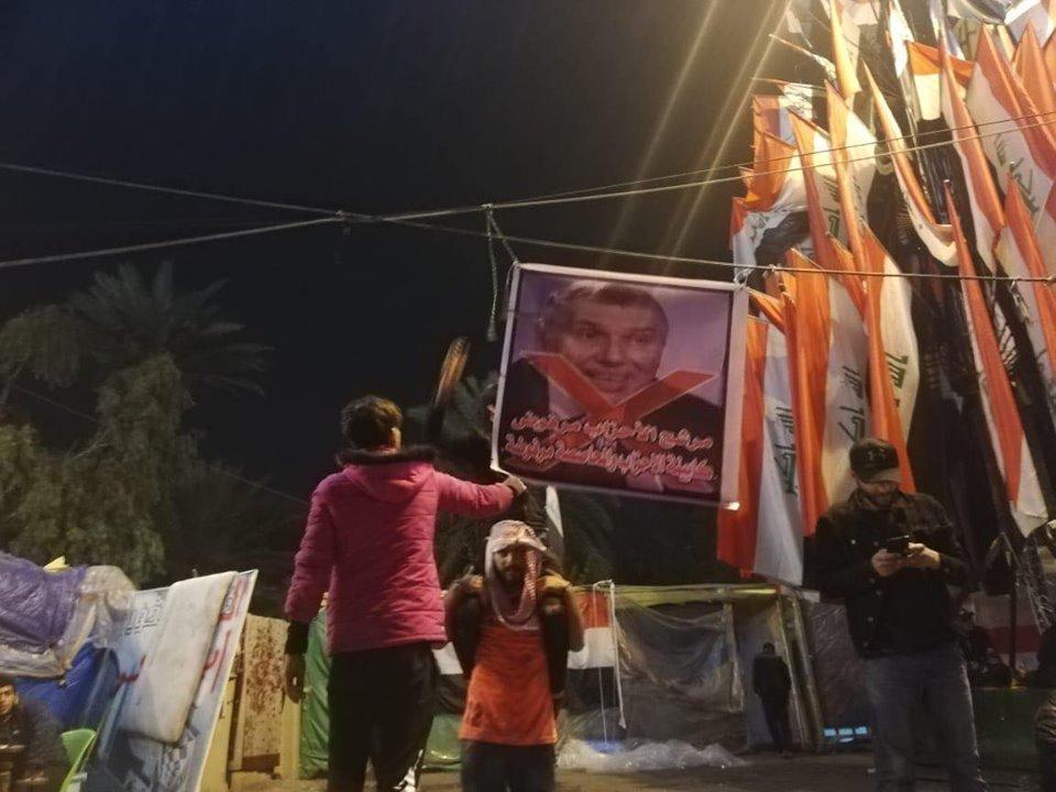 """قبل جلسة منح الثقة بساعات.. رفع صور """"علاوي مرفوض"""" في التحرير"""