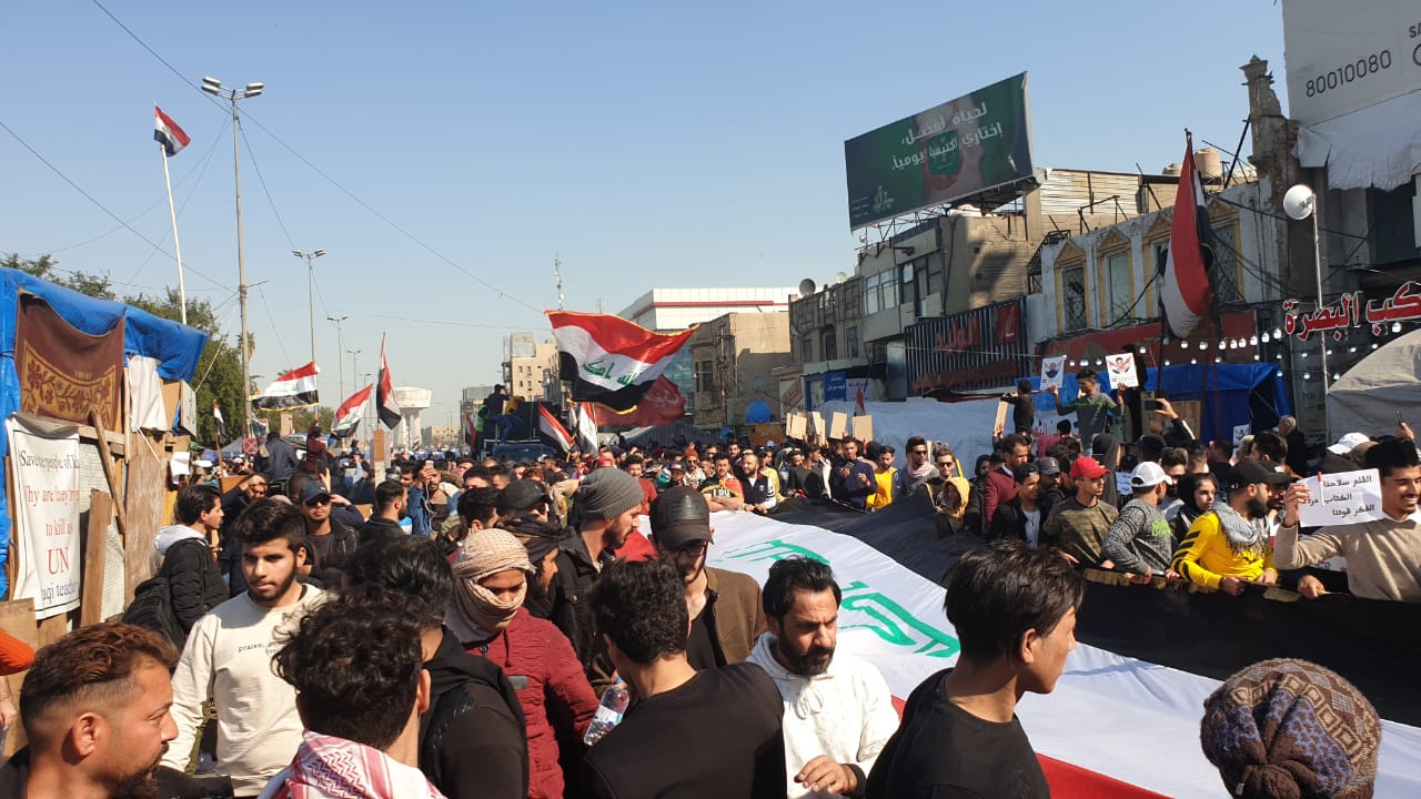"""بغداد تغص بـ""""القمصان البيض"""".. وهتافات الطلاب تهز نفق التحرير (صور وفيديو)"""