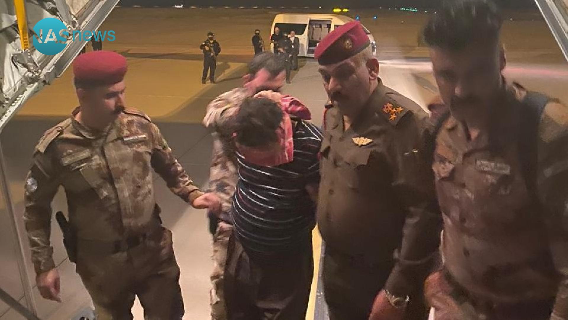 صور من بوابة الطائرة: بغداد تتسلم قاتل 'شيلان' وعائلتها